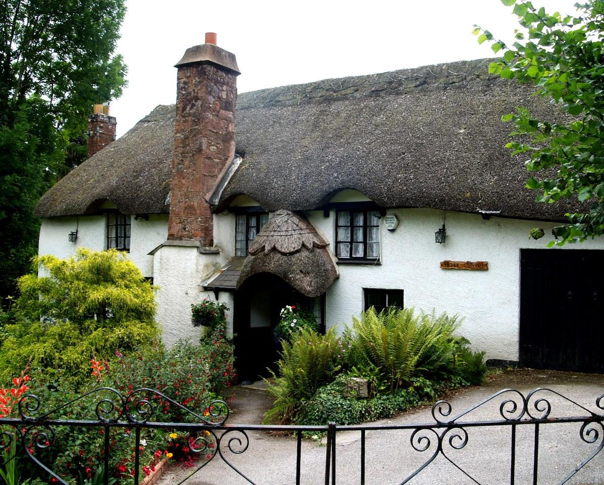 An old thatched cottage. by jayfar